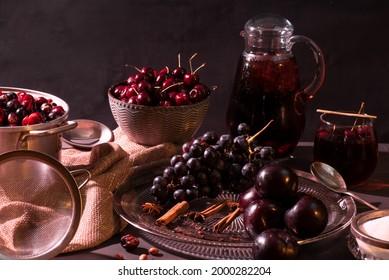 Cerises, prunes, raisins, édulcorants et épices ont créé une délicieuse et rafraîchissante boisson maison arrangée dans un cadre plus sombre