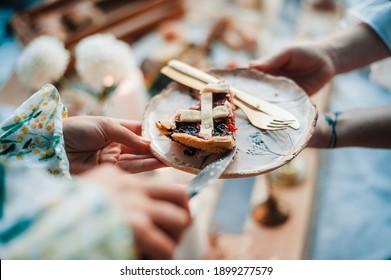 Tarte aux cerises sur une assiette un jour d'été à un pique-nique
