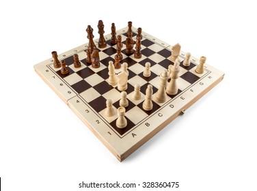 Schachbrett mit Schachstücken aus Holz einzeln auf Weiß