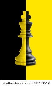 El rey del ajedrez muestra su dualidad con fondo negro y amarillo.