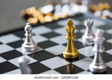 The Chess King is surrounded by chess competitor . Can not solve the game. And to be defeated in the end. Business competition Strategic Planning Business defeat