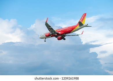 CHIANG MAI INTERNATIONAL AIRPORT, CHIANG MAI, THAILAND - Oct.20, 2018 : Viet Jet Air Airbus A320 is lined up with the runway and descending for landing.