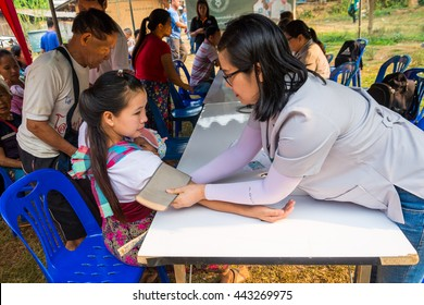CHIANG RAI, THAILAND -APRIL 9 2015: Unidentified dentist volunteer from public hospital are in medical services at Ban Ruammit Sakha Ban JA TO BER School in Chiang rai,Thailand.