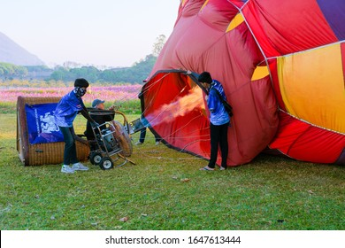 Chiang Rai, Thailand-February  2020. Staff blow hot air , check the availability of all parts of the balloonBefore releasing the balloon into the sky In   Singhapark International Balloon Fiesta 2020