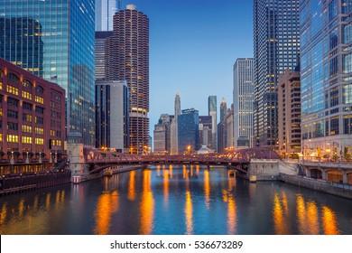 Chicago Downtown. Stadtbild von Chicago in der Dämmerung blauer Stunde.