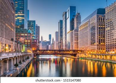 米国のイリノイ州シカゴの夕暮れの川の都市景観。