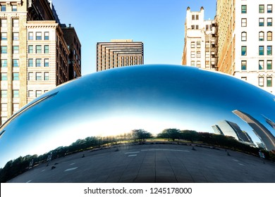 CHICAGO, ILLINOIS/USA-OCTOBRE 09, 2018 : Panoramic image of the Cloud Gate or The Bean in the morning OCTOBRE 09, 2018 in Millennium Park, Chicago, Illinois