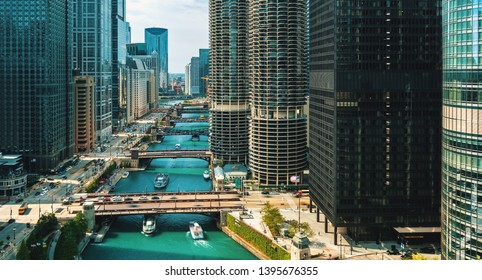 Chicago River with boats and traffic from above in the morning