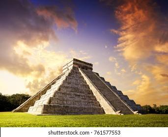 Pirámide Chichén Itza El Templo Kukulcán en México Yucatán