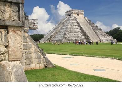 Serpiente Chichén Itza y pirámide del templo maya Kukulkan México Yucatán