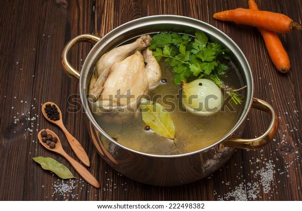 Hühnerbrot mit Gemüse und Gewürzen in einem Saucepan