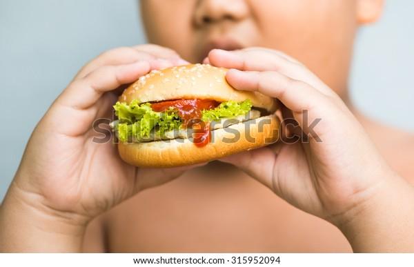 queso pollo Hamburger en grasa obesa mano de niño