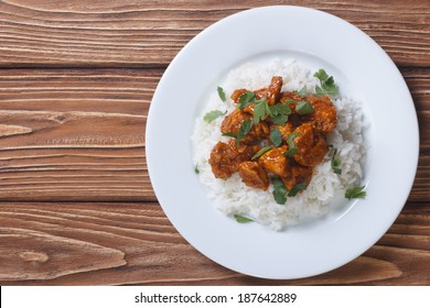 curry de poulet avec riz et cilantro sur une assiette vue horizontale sur le dessus
