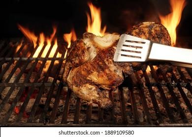 Hühnergrillt auf heiß gegrilltem Grill, Holzkohlengrill. Juicy ganzes Hühnerfleisch auf Grill geröstet. Grillpartys im Hinterhof aus Geflügel einzeln auf schwarzem Hintergrund, Nahaufnahme.