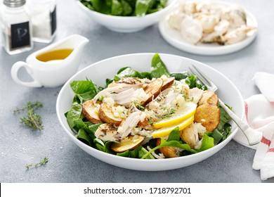 Hühnersalat mit Spinat und knusprige Kartoffeln mit Olivenöl, Knoblauch, Zitronen, Zwiebeln und Thyme