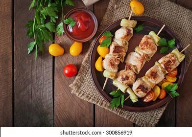 Chicken shish kebab with zucchini. Top view