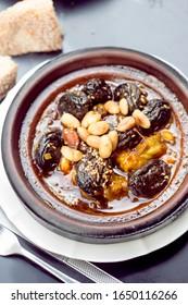Tajine de poulet avec prunes et amandes, graines de sésame
