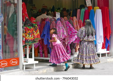 Chihuahua/Mexiko - Sept 9, 2017: Indingenous mother and child shopping for fabrics