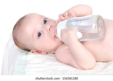 Child (4 months) drinks water from bottle