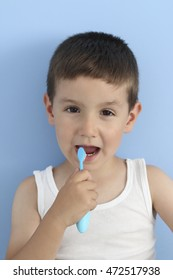 child brushing the teeth