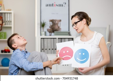 Child cannot concentrate because of Asperger's syndrome during therapy with young female therapist