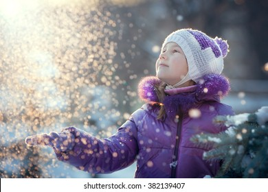 The child catches the snow hands