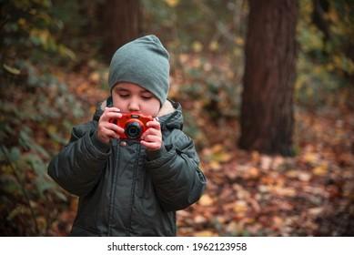 La créativité des enfants en tant que photographe. Enfant tenant une caméra, photographiant son environnement. Apprenez de nouvelles compétences artistiques. Education alternative.