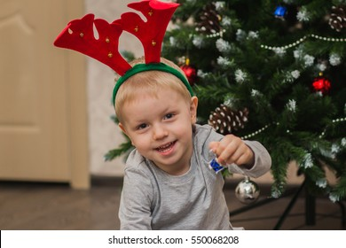 child decorate the Christmas tree