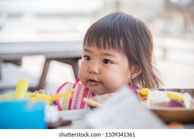 Child to eat rice