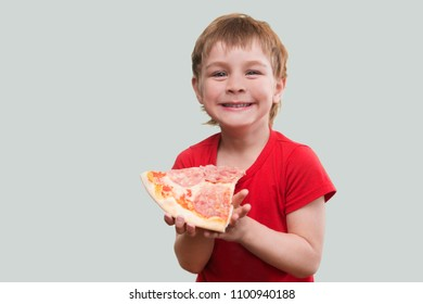 the child eats pizza