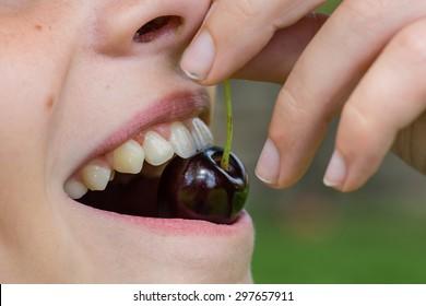 A child enjoying some cherries