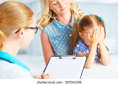 child with his mother afraid of the visit to the doctor