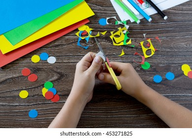 The child holds a cardboard circle in the hands of a caterpillar and adds the appropriate number card. The child learns through. The idea of learning in kindergarten, at home