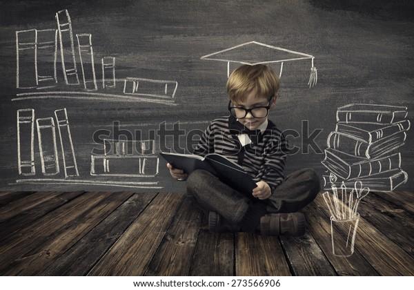 Kinderschwärmer in Brillen Lesekarte Buch über Schulschwarz mit Kopfbedeckung, Kindervorschulentwicklung, Kindererziehungskonzept