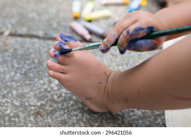 Child paint the color on foot