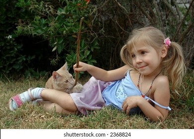 the child play with kitten