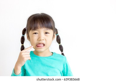 The child points to her tongue.