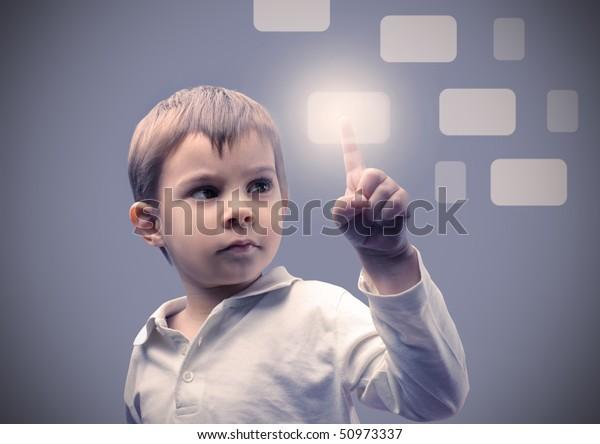 Niño presionando un panel táctil