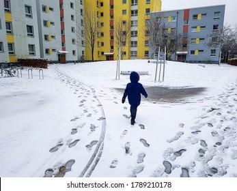 Kind läuft durch den Schnee in Leherheide, Bremerhaven in Deutschland.