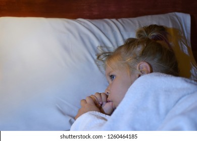 The child sucks finger in bed before bedtime and during sleep