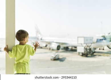 Child waiting for his plane at the airport of Barcelona
