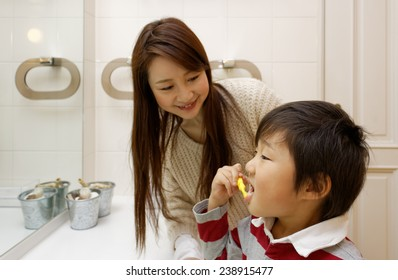 Child who brushes  teeth with mother