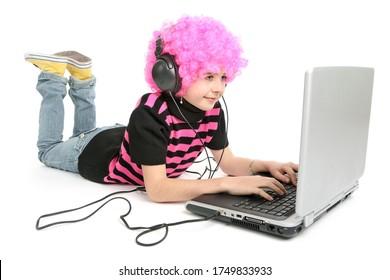 enfant écrit sur un bloc-notes et musique à l'écoute, isolé sur fond blanc