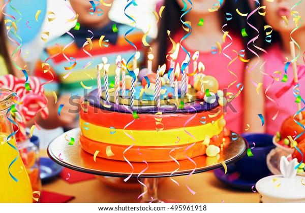 Niños haciendo sopas de velas en sabrosos pasteles en la fiesta de cumpleaños, cerca