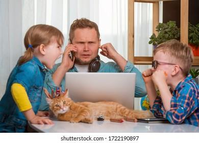 Kinder Junge und Mädchen schreien und streiten sich, während sie auf dem Tisch sitzen. Vater arbeitet zu Hause in Stress
