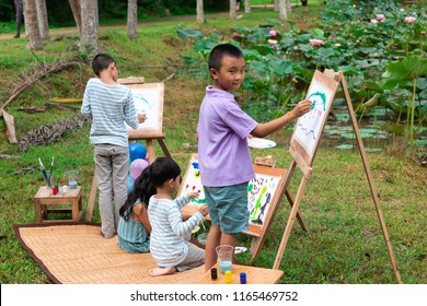 Children are drawing lotus ponds