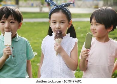 Children eat popsicles