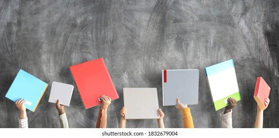 Los niños tienen libros en sus manos. Concepto de educación