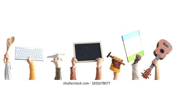 Los niños sostienen libros, juguetes y un teclado. Concepto educativo