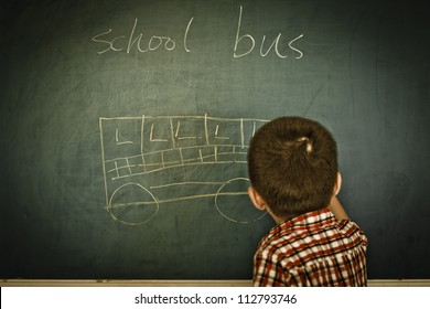 The children on the blackboard to draw the automobile